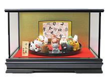 和雑貨をディスプレイしたガラスケースです。