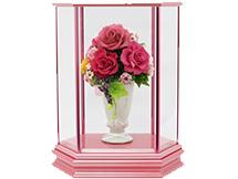 花をディスプレイしたガラスケースです。